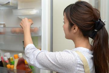 自分で引越し作業をする場合、冷蔵庫は運び方、積み方に注意する。